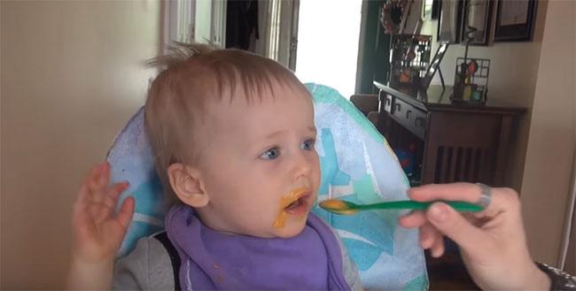 Девятимесячный ребенок кушает