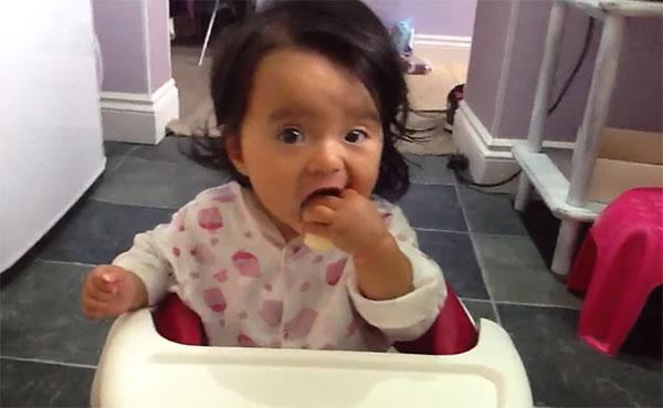 Девочка ест сыр