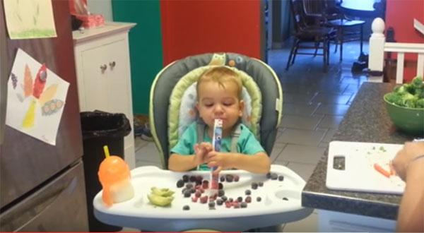 Ребенок в 14 месяцев кушает