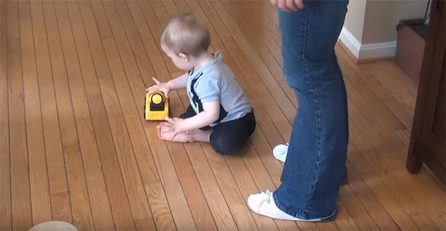 Девятимесячный ребенок играет