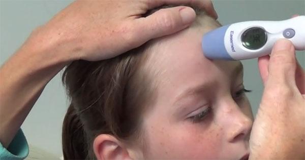 Измеряем температуру на лбу у ребенка