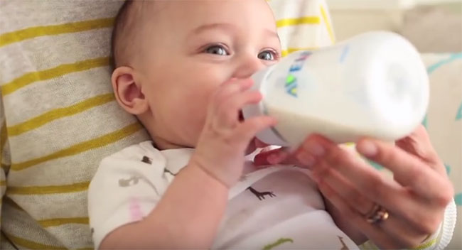 Ребенок кушает из бутылочки