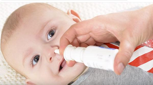 Грудному ребенку закапывают нос
