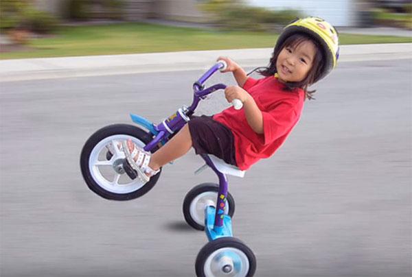 Девочка держит равновесие на велосипеде
