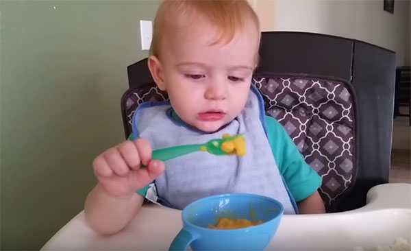 Ребенок ест ложкой