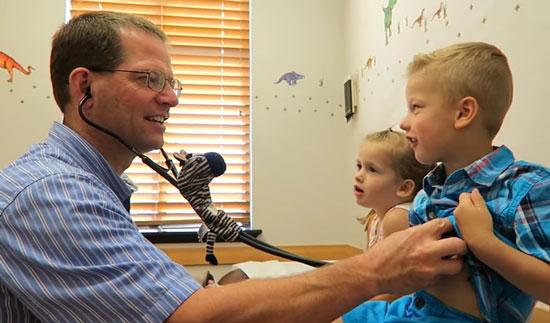 прослушивании стетоскопом груди малыша