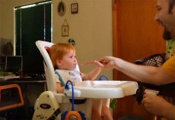 Папа учит малыша кушать самостоятельно