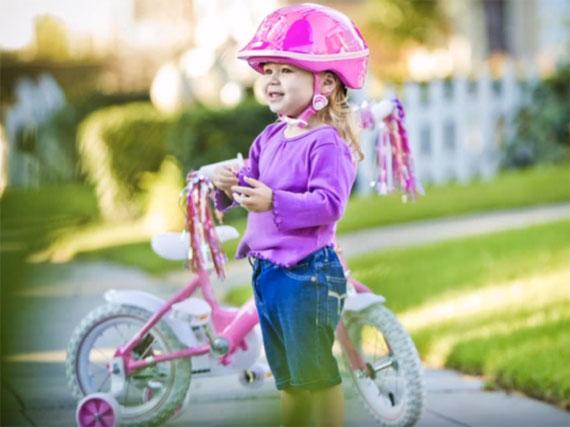 Девочка на трехколесном велосипеде