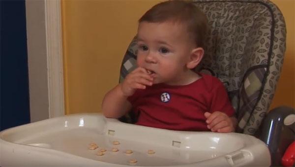 Ребенок проявляет интерес к еде