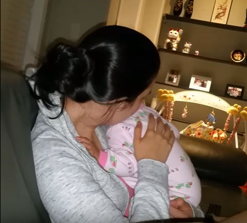 Мама обнимает перед сном