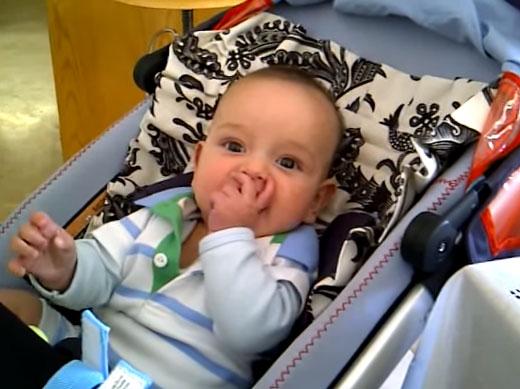 Малыш сидит полулежа в коляске