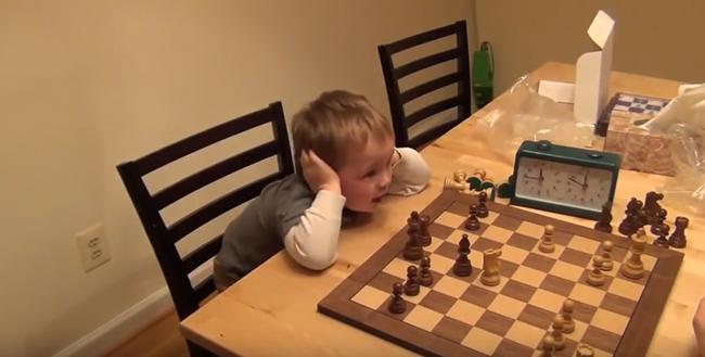 Мальчик играет в шахматы