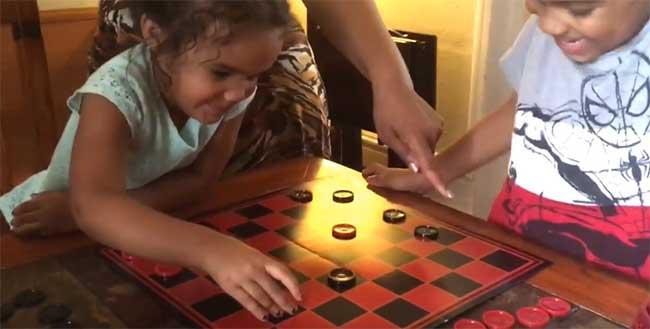 Дети играют в шашки