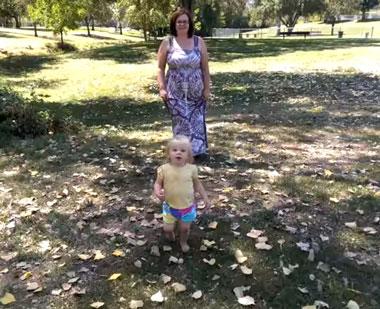 Ребенок бегает босиком