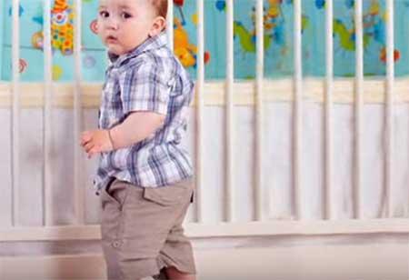Ребенок ходит с опорой