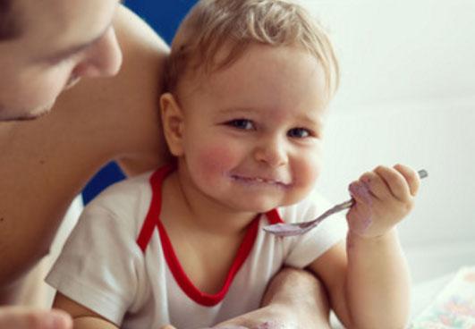 Довольный ребёнок сам кушает
