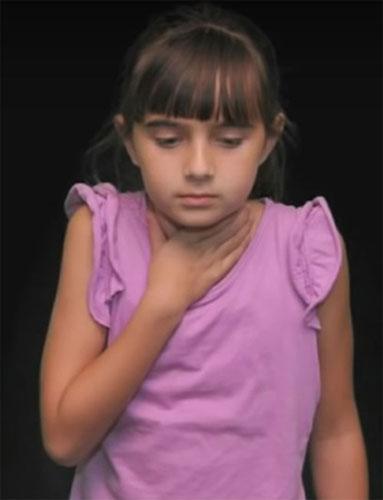 Девочка не может говорить, пропал голос из-за болезни