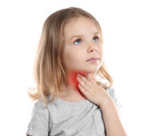 Девочка держится за горло, красным подсвечивается болезненность ощущений