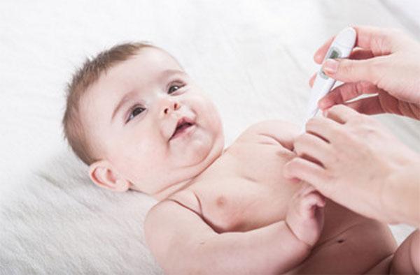 На первый взгляд, здоровый малыш, которому собираются измерить температуру