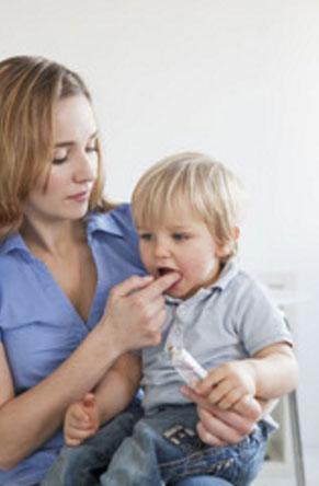 Мама обрабатывает ребенку ротовую полость
