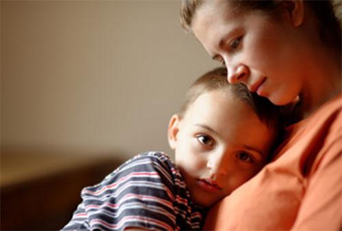 Ребенок тулится к маме