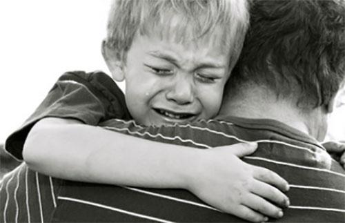 Папа несет плачущего мальчика