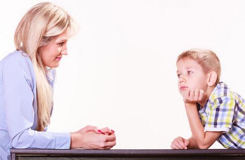 Мама с сыном беседуют за столом