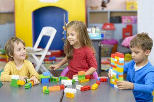 Дети вместе собирают конструктор