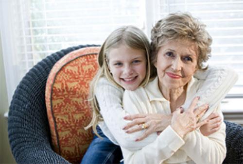 Внучка крепко обнимает бабушку