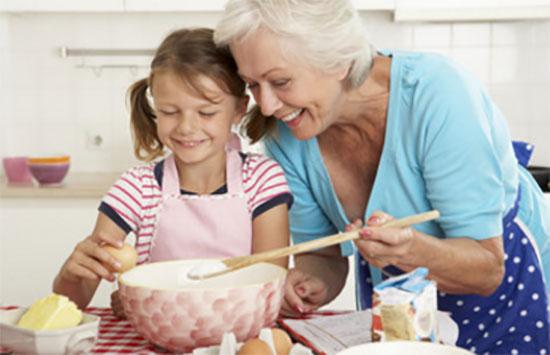 Бабушка готовит вместе с внучкой
