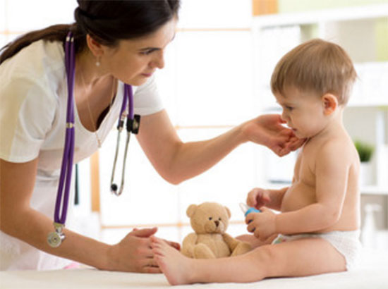 Доктор ощупывает лимфоузлы у маленького пациента