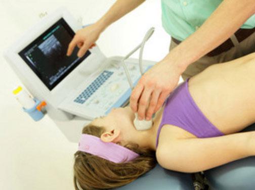 Девочке проводится УЗИ шейного лимфоузла
