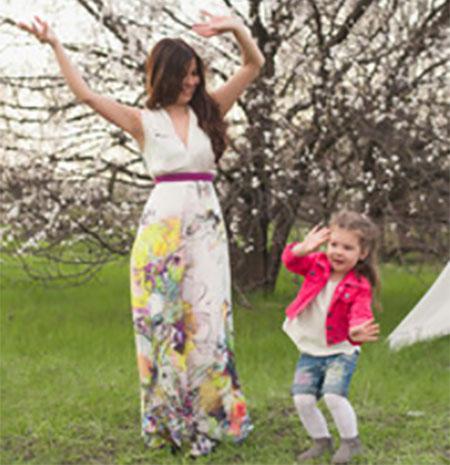 Мама танцует с дочкой на природе