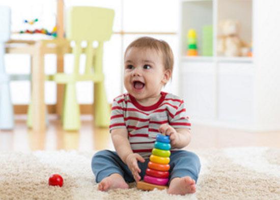 Счастливый ребенок с пирамидкой в руках