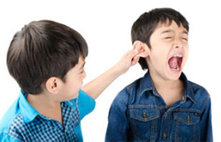 Мальчик тянет другого за ухо