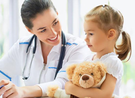 Девочка с доктором, в руках у ребенка плюшевый медведь