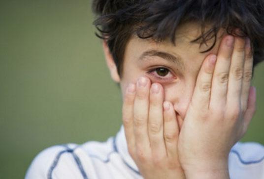 Мальчик с воспаленными глазами, прикрывает рукой один глаз