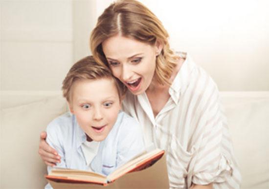 Мама вместе с сыном читает книгу