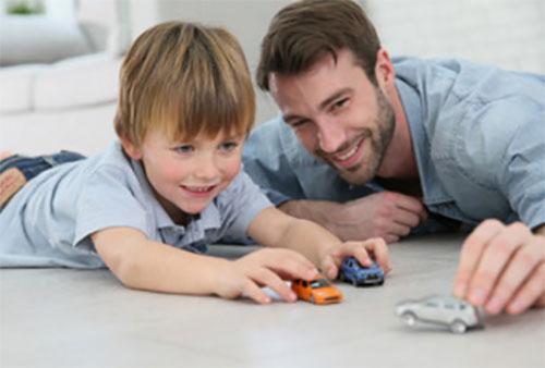 Папа играет машинками со своим сыном