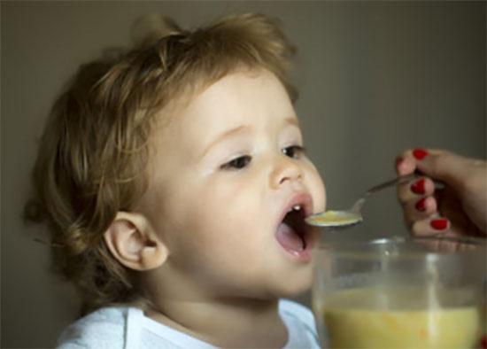 Ребенок кушает с ложечки