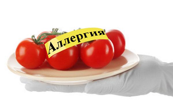 """На тарелки лежат помидоры, а на них - надпись """"Аллергия"""""""