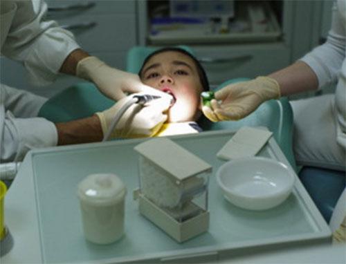 Процесс лечения в кабинете стоматолога