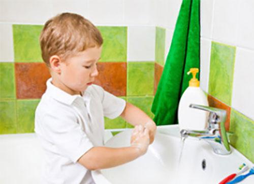 Мальчик моет руки