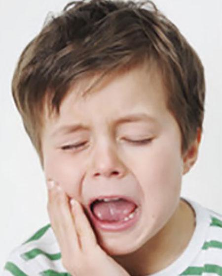 Как образуется кариес на зубах у ребенка