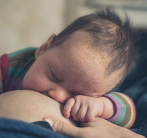 Ребенок с молочным струпом