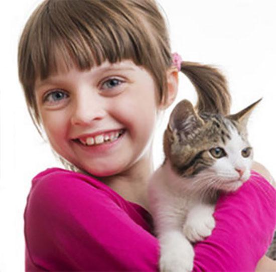 Счастливая девочка обнимает кота