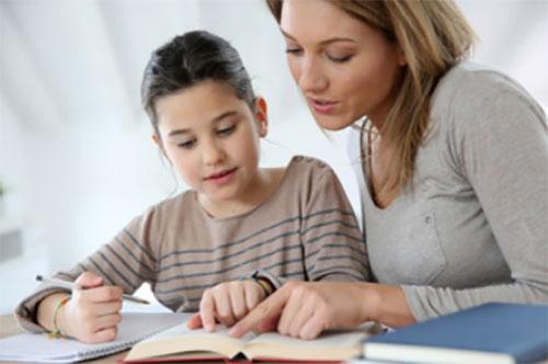 Мама помогает дочери разобраться с уроками