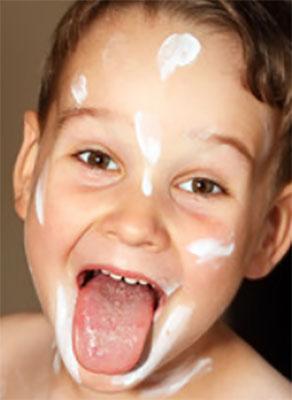 Мальчик с высунутым языком (присутствует белая сыпь)