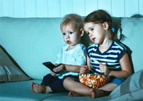 Дети очень внимательно смотрят телевизор