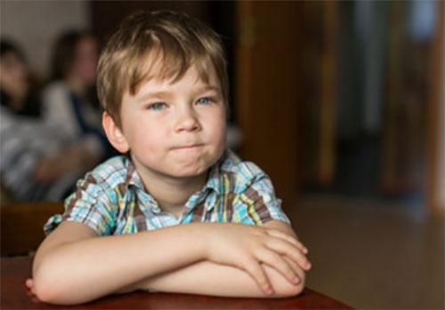 Пятилетний мальчик сидит сложа руки